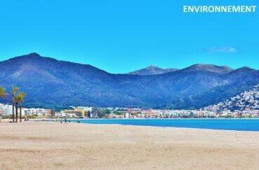 plage santa margarita à rosas, avec les montagnes environnantes et l'observatoire au sommet