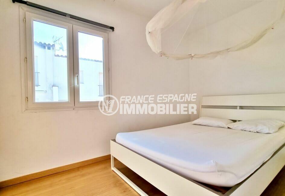 vente maison rosas espagne, 3 chambres 101 m², première chambre mur blancs et parquet