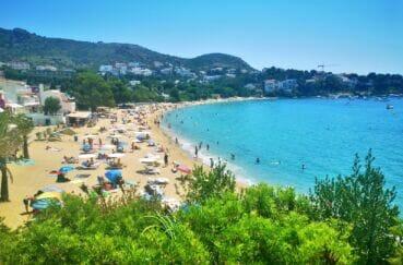 la plage de roses, station balnéaire avec son sable fin et ses eaux turquoises