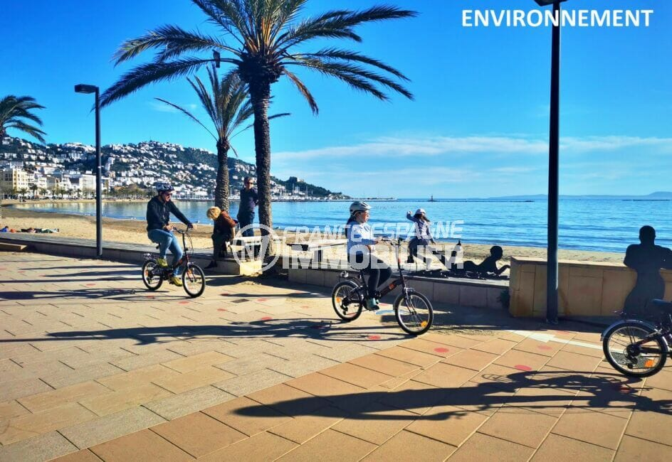 promenade en 2 roues ou à pied sur la rambla de rosas, le long de la plage