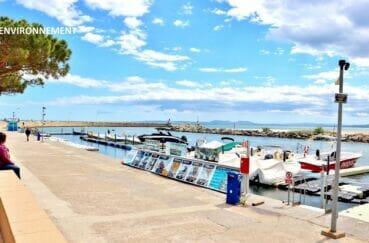 embarcadère sur le port de plaisance de roses pour les départs des excursions