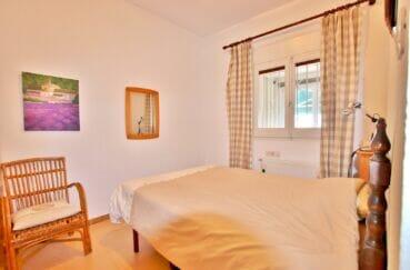 roses immobilier: villa 135 m² vue mer, seconde des 4 chambres, murs blancs et carrelage