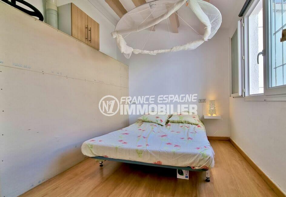 maison a vendre roses, 3 chambres 101 m², troisième chambre avec fenêtre sur jardin