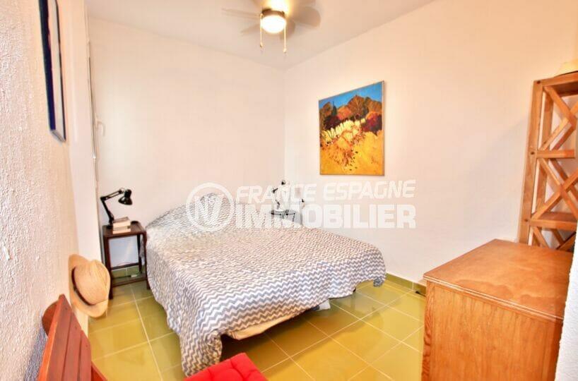 la costa brava: villa 135 m² vue mer, troisièe des 4 chambres avec murs blancs et carrelage
