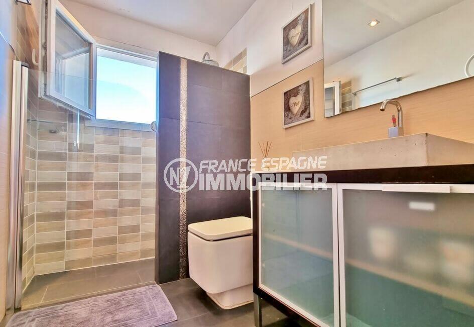 achat roses espagne: villa 3 chambres 101 m², salle d'eau avec cabine douche