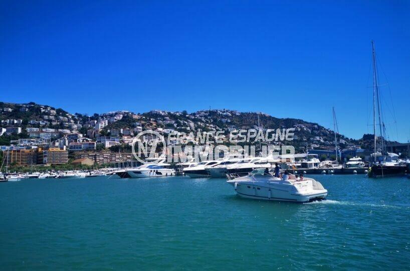 le port de plaisance de roses et ses nombreux bateaux à voiles ou à moteurs amarrés