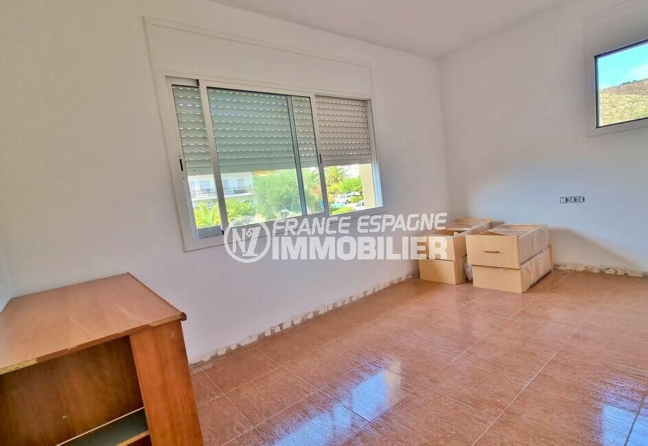 immo roses: villa 200 m² cinquième chambre avec 2 fenêtres sur jardin et montagnes