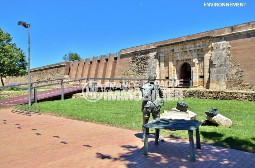 visite de la citadelle de roses, fortification en ruine classée monument historique