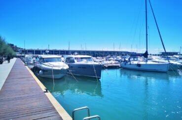 le port de plaisance est totalement intégré dans la ville de roses