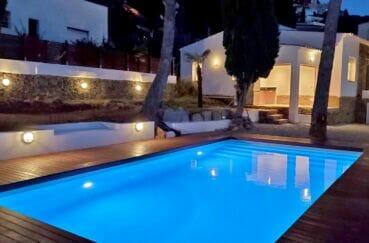 immo center roses: villa 3 chambres 140 m², superbe piscine 8 x 4 m et cusine d'été au fond