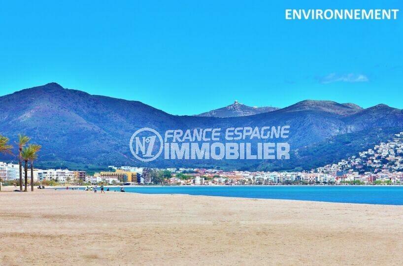 plus de 1500 m de plage sur la baie de rosas avec les montagnes en arrière plan