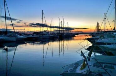 coucher de soleil sur les embarcations de 6 m à 45 m amarrées dans le port de plaisance