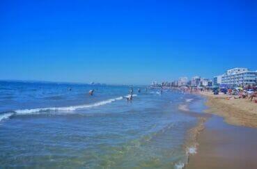 immense plage de rosas bordée de résidences vue mer, restaurants et boutiques