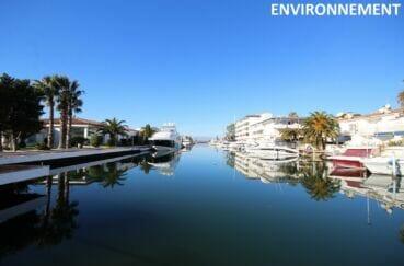 canal de rosas au petit matin, eau calme et superbes bateaux amarrés