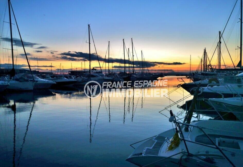 coucher de soleil sur les embarcations amarrées dans la marina de rosas