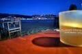 soirée retsaurant tardive sur la plage de roses avec le puig rom illuminé au fond