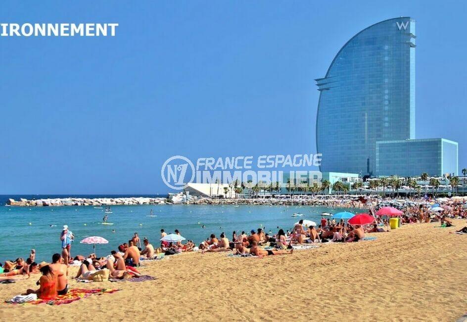 à coté de la plage ensoleillée de barcelone, visite du grand aquarium