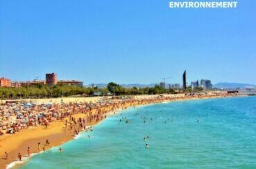 la plage de barcelone avec son sable fin et ses eaux transparenntes