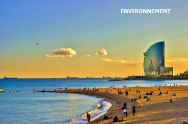 magnifique coucher de soleil un soir d'été sur la plage de barcelona