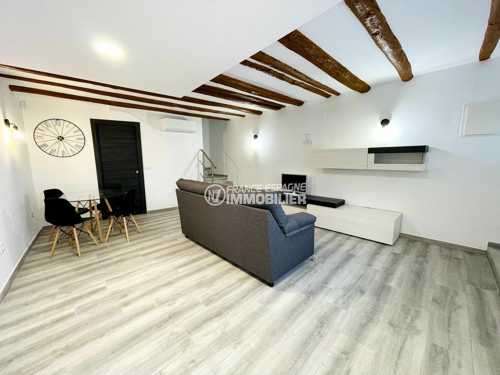 maison a vendre a rosas, 3 chambres 102 m², joli salon / salle à manger avec cuisine ouverte, plage 250 m et au pied des commerces