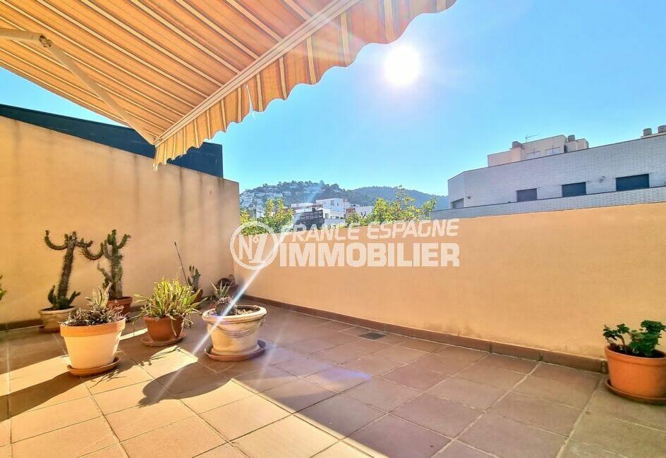 vente appartement rosas, 2 chambres 70 m², dernier étage en centre ville, proche plage