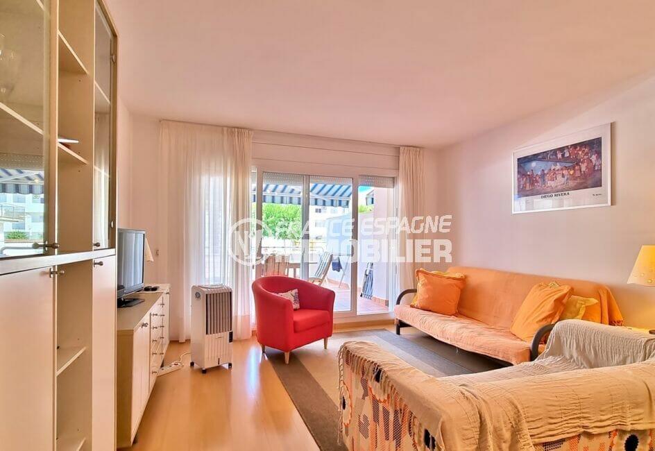 vente appartement rosas, 3 pièces 68 m², salon lumineux avec accès à la terrasse