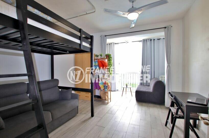 appartements a vendre a rosas, 27 m² avec dans le séjou un lit superposé et canapé