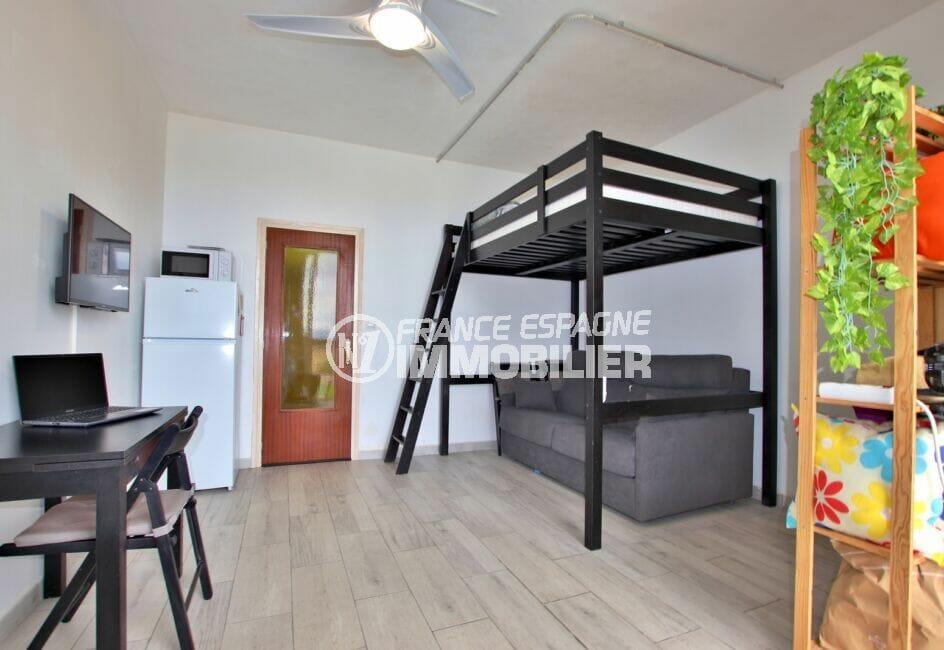 achat appartement rosas, 27 m² avec lit superposé, bureau et canapé dans le séjour
