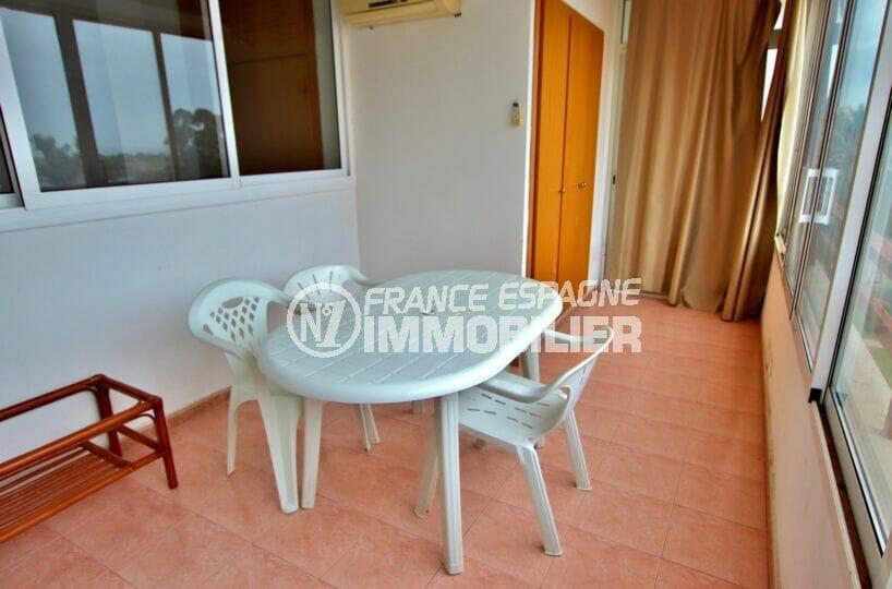 acheter appartement rosas, 2 pièces 62 m², terrasse avec table et chaises de jardin, armoire