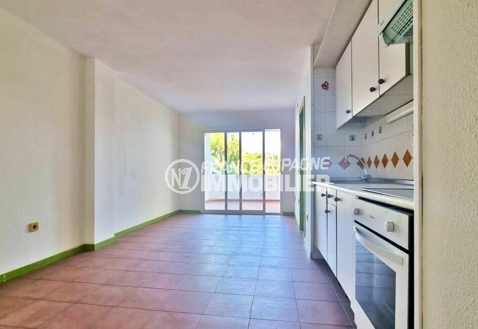vente appartement rosas, 3 pièces 58 m², salon avec coin cuisine, terrasse