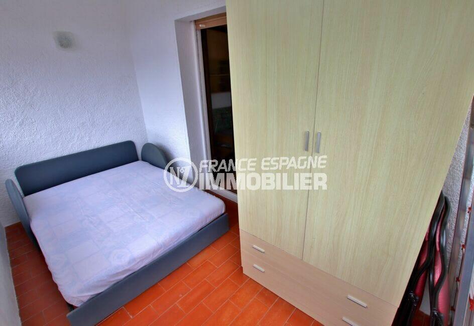 appartement à vendre à rosas espagne, studio 36 m², véranda avec canpé lit et armoire penderie