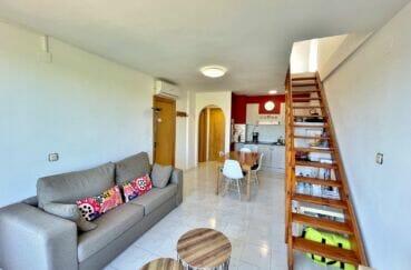 achat appartement empuriabrava, 2 pièces 42 m² atico, escalier en bois menant à l'étage