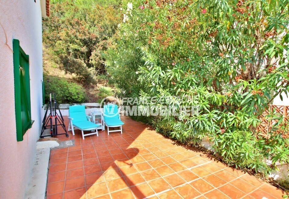 vente maison rosas espagne, 2 chambres 62m², terrasse agrémentée d'arbustes et de fleurs