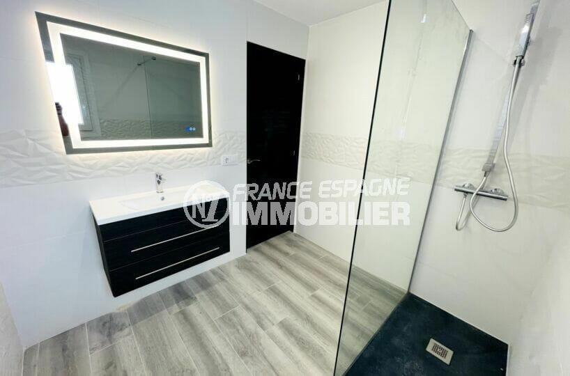 achat rosas espagne: villa 3 chambres 102 m², salle d'eau moderne avec vasque suspendue