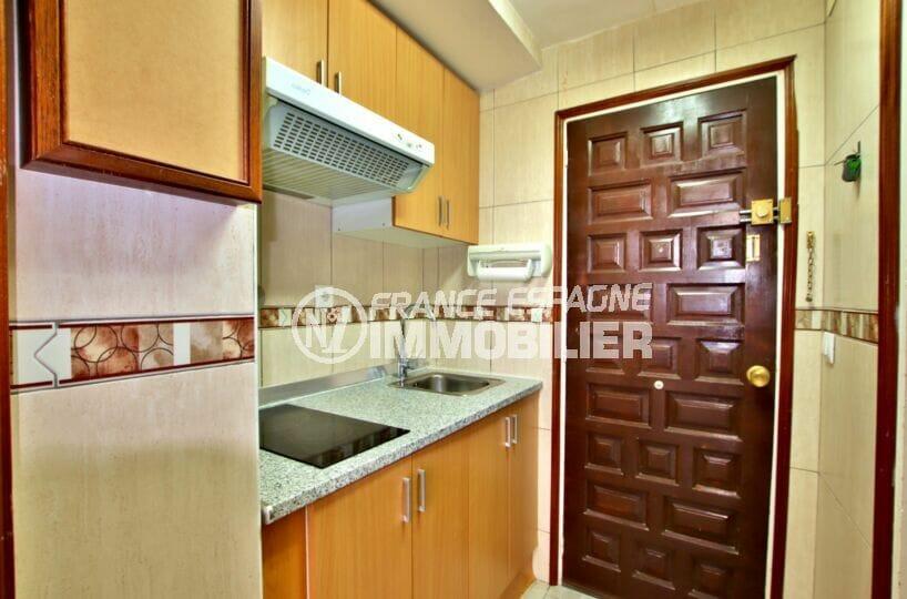 acheter appartement rosas, 27 m² avec un coin cuisine équipé de plaques et hotte
