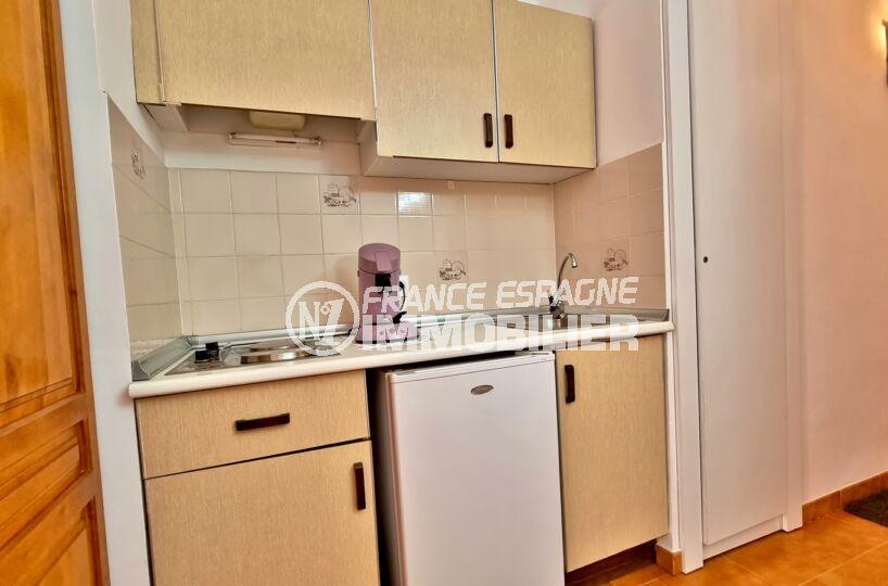 appartement empuriabrava, studio 37 m², cuisine équipée de plaques et réfrigerateur