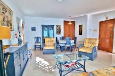 achat appartement rosas, 2 chambres 70 m², séjour / salle à manger lumineuse, lustres au plafond
