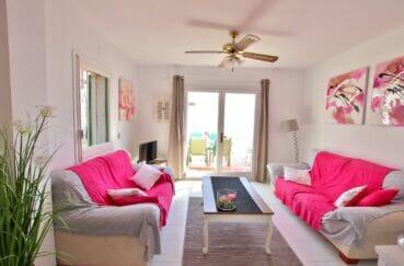 achat maison roses espagne, 2 chambres 62m², joli salon avec accès à la terrasse