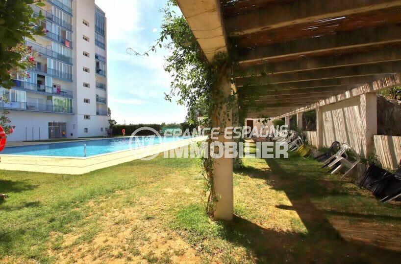 rosas immo: studio 27 m², piscine extérieure avec une terrasse véranda