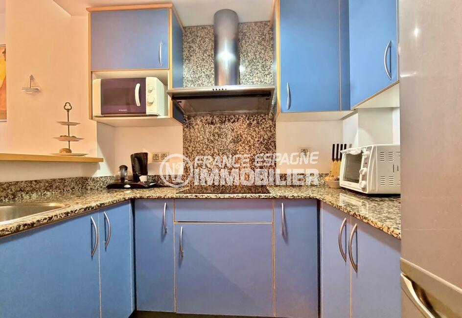 appartement a vendre roses, 3 pièces 68 m², cuisine avec plaques, hotte et plan de travail