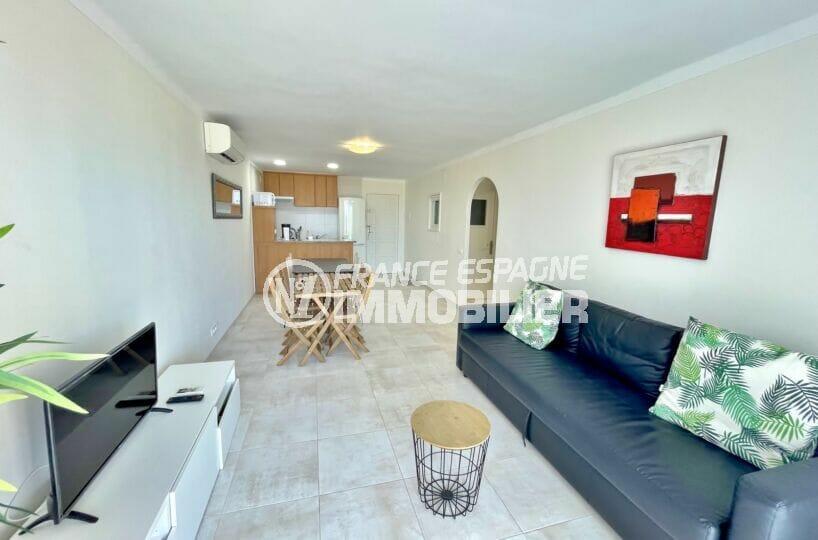 immobilier espagne bord de mer: appartement 3 pièces vue mer 69 m², salle à manger avec cuisine ouverte