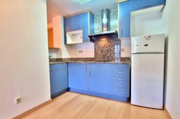 immocenter roses: appartement 2 pièces 56 m², cuisine équipée de plaques de cuisson et d'une hotte