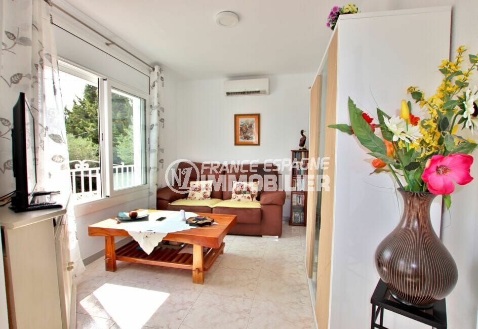 immobilier espagne bord de mer: villa 4 chambres 182 m², séjour avec grande ouverture sur le jardin
