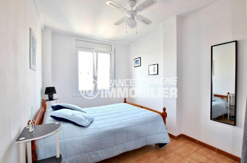 immocenter empuriabrava: appartement 2 pièces 41 m², chambre avec lit double, ventilateur plafond