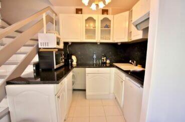 roses immobilier: villa 2 chambres 62m², cuisine américaine aménagée et équipée