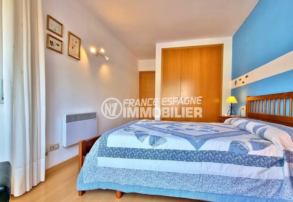 appartement rosas vente, 3 pièces 68 m², chambre avec lit double et armoire encastrée