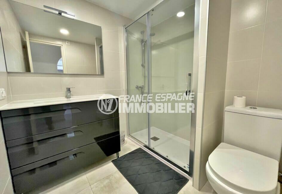 immocenter empuriabrava: appartement 3 pièces vue mer 69 m², salle d'eau avec douche et wc