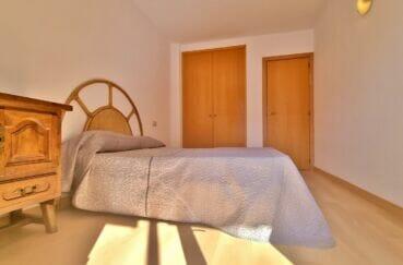 immo center roses: appartement 2 pièces 56 m², chambre avec lit double et armoire encastrée