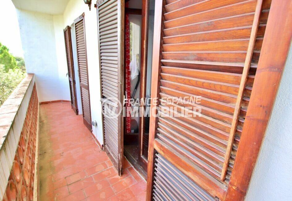 appartement à vendre à rosas, 2 chambres 75 m², salon et chambres à coucher avec accès terrasse