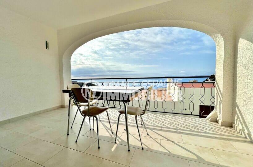 achat maison roses espagne, 2 chambres 71m², terrasse couverte avec table et chaises
